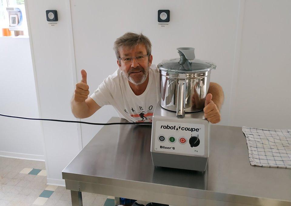 Alain Yonnet avec le nouveau robot acquis grâce aux gains du concours